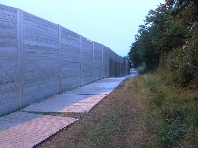 """La """"super-fence"""", mur d'enceinte qui entoure totalement le site du festival."""