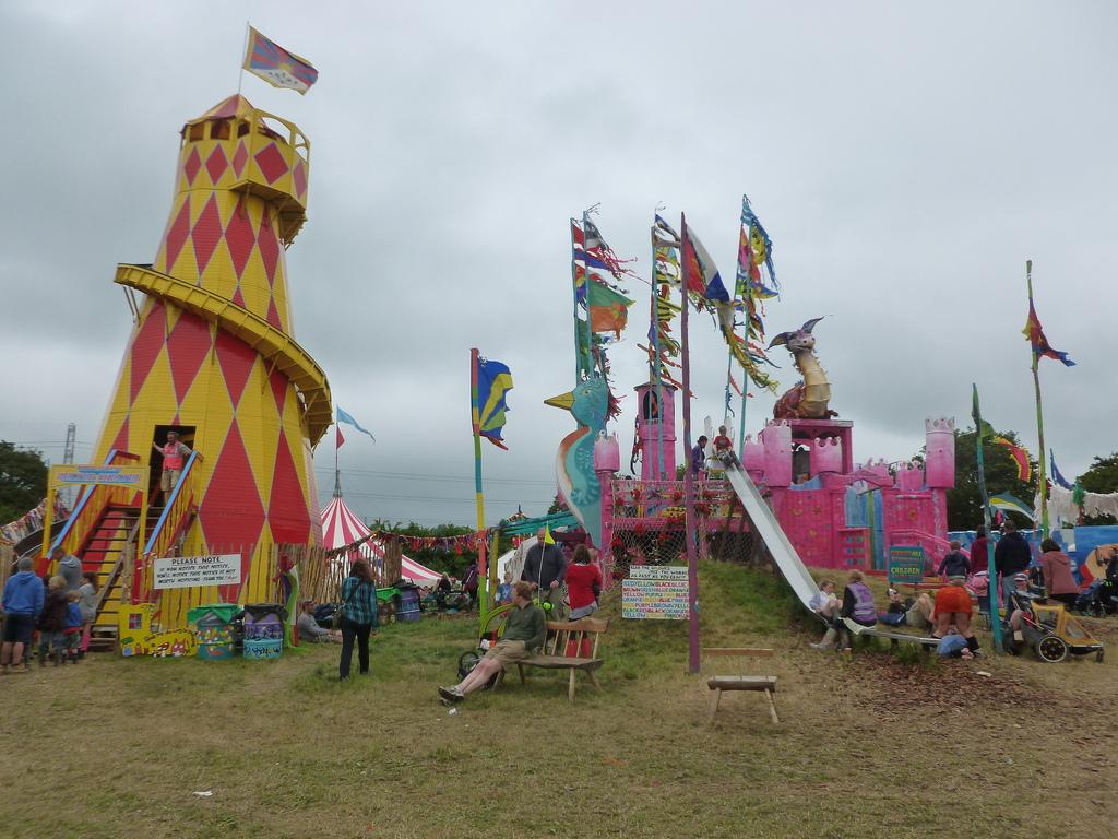 Le chateau et le tobbogan géant de Kidz Field.