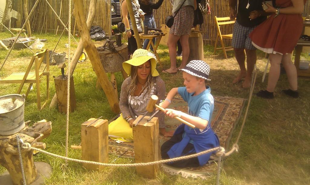 Un enfant participe à une atelier d'artisanat dans Green Craft.