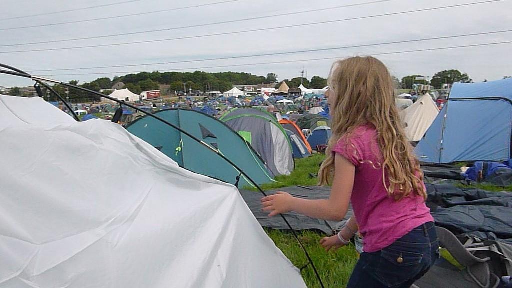 Kiki participant à l'installation de la tente.