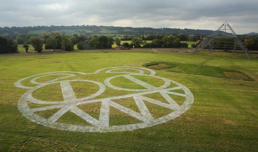 Logo Radiohead devant la Pyramide de Glastonbury