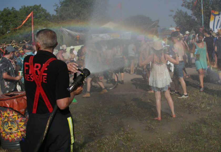 Pompiers arrosant le public